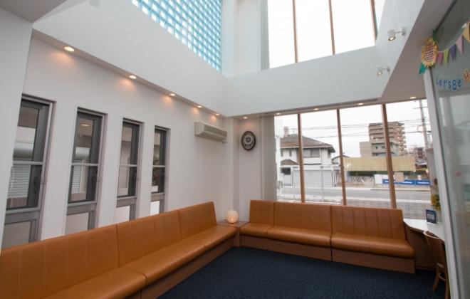 広島県安芸郡海田町の歯科医院「ひまわり歯科」待合室、受付